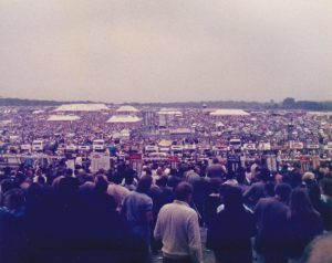 big crowds pack the epsom downs in 1985