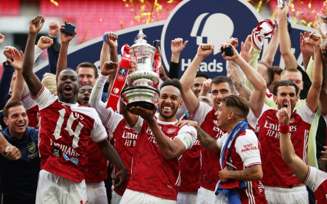 arsenal players lift the fa cup 2020